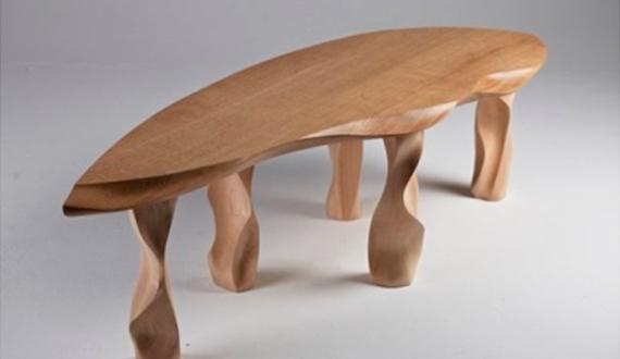 Деревчнный стол на ножках