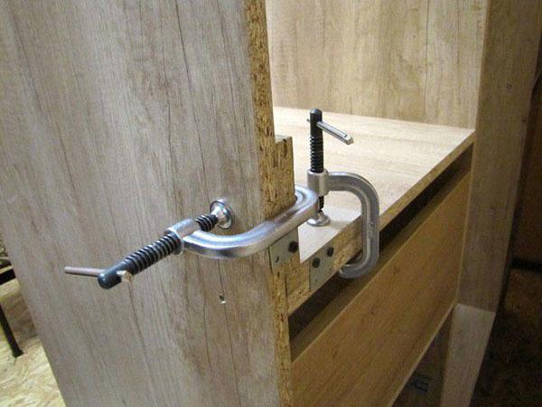 Фото фиксации боковых стен шкафа-купе саморезами и уголками