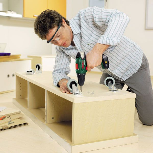 Фото работы с шуруповертом по сборки мебели