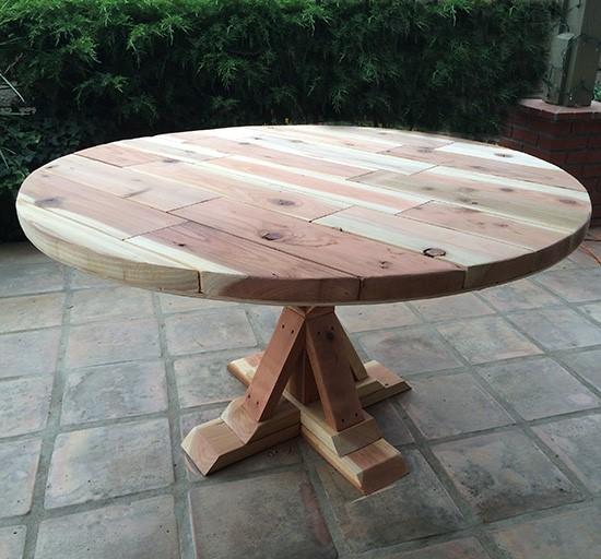 Круглый стол для интерьера в стиле прованс