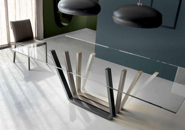 Обеденный стол со столешницей из стекла