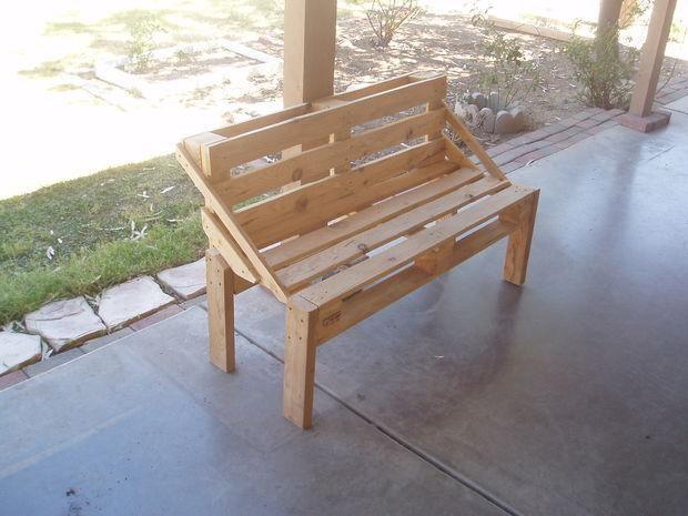 Скамейка из поддонов своими рукамиУдобная садовая скамейка из поддонов своими руками
