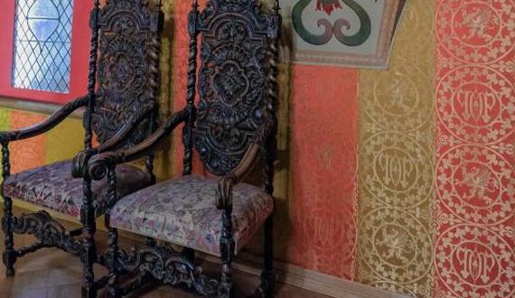 Резные стулья из дерева