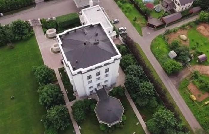 Где живет телеведущий Владимир Соловьев?