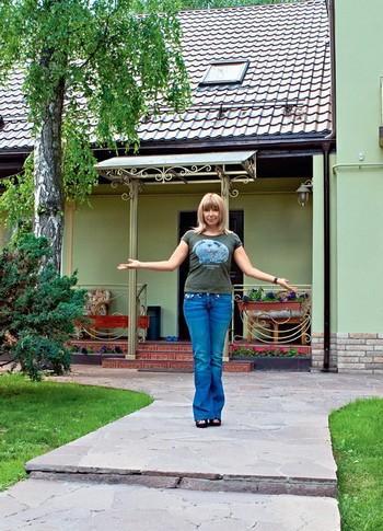 Взглянем, как выглядит дом Алены Апиной