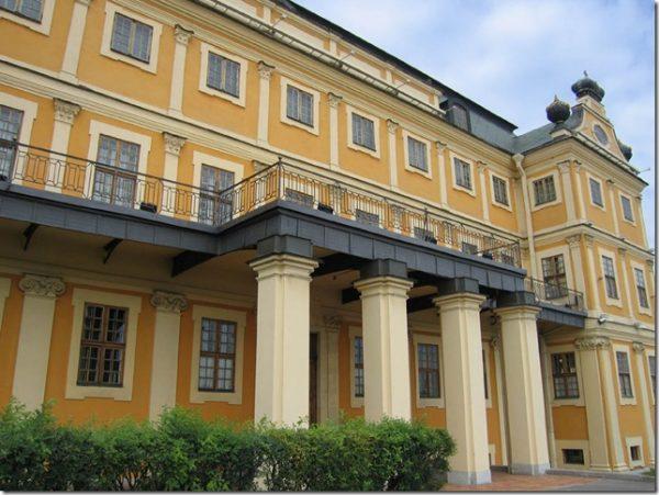 Как выглядит Меншиковский дворец снаружи и изнутри