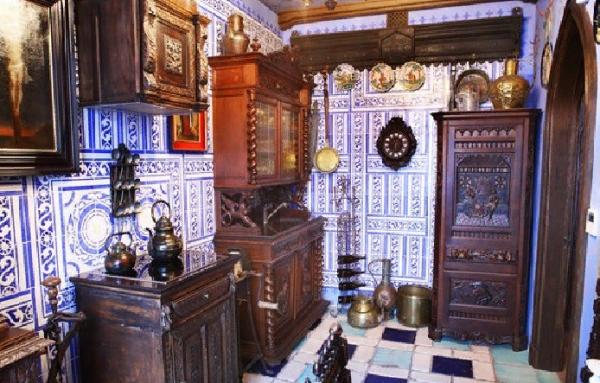 Взглянем на трехэтажную квартиру Никаса Сафронова
