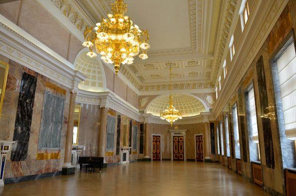 Михайловский замок в Санкт-Петербурге снаружи и изнутрни