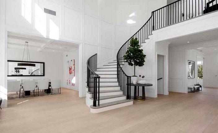 Холл с лестницей дома Бена Аффлека