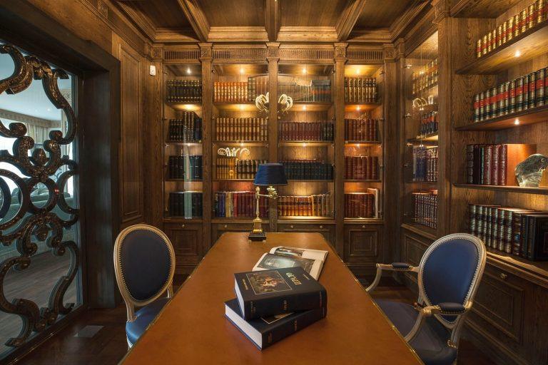 Библиотека из темного дерева