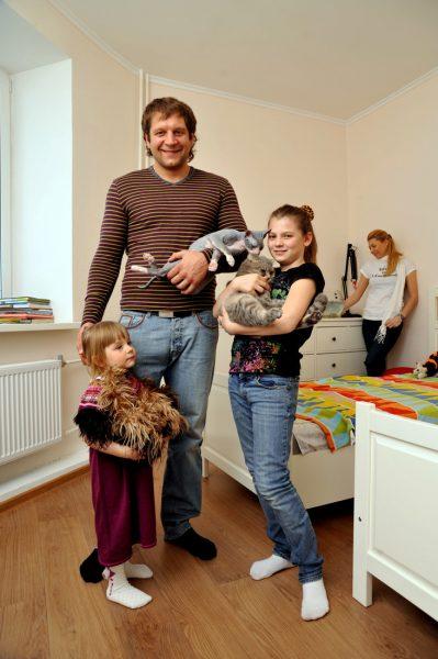 Где живет младший брат легендарного самбиста Александр Емельяненко?