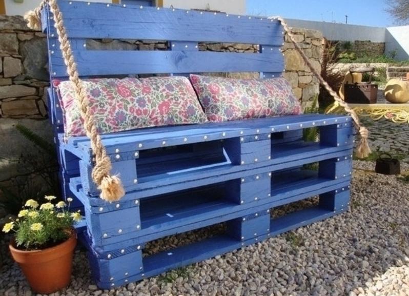 Удобная садовая скамейка из поддонов своими рукамиУдобная садовая скамейка из поддонов своими руками