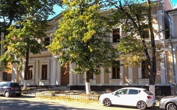 Сбежавший олигарх Плахотнюк распродает имущество