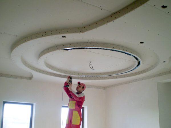 Дизайн потолка в квартире-студии и в зале — идеи с фото