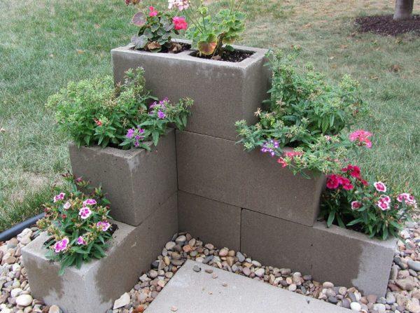 Как создать цветущую стену с помощью шлакобетонных блоков