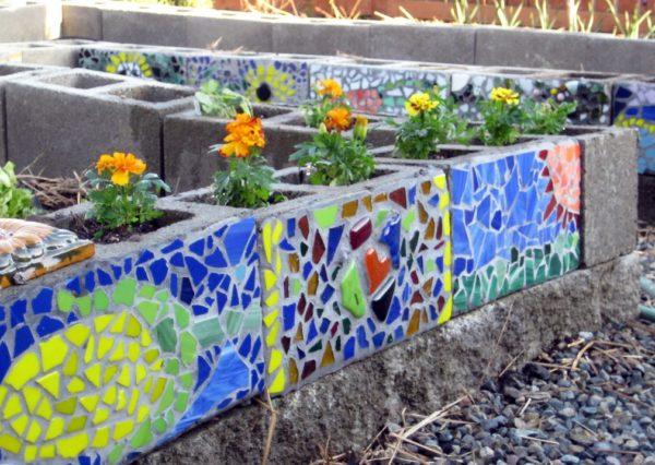 цветущая стена из шлакобетонных блоков