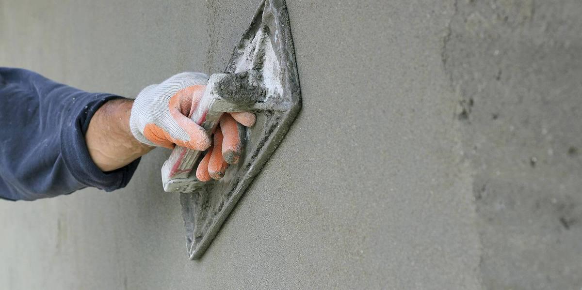 Нанесение шпаклевки на бетон