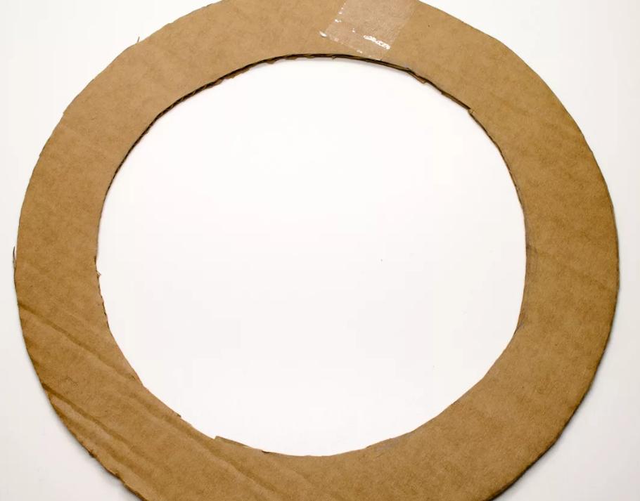 Из картона вырежьте основу-бублик